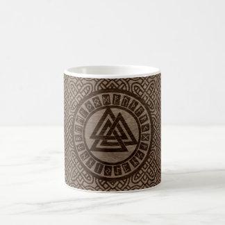 Caneca De Café Símbolo e Runes de Valknut no teste padrão celta