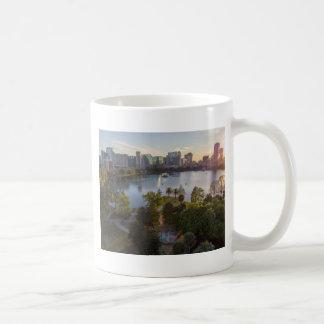 Caneca De Café Sobre o lago