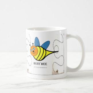 Caneca De Café Sorvo e abelha ocupada de copo de café do plano