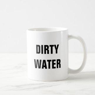 Caneca de café suja da água