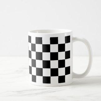 Caneca De Café teste padrão do tabuleiro de xadrez preto e branco