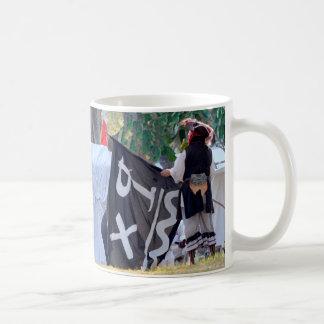 Caneca De Café tomada abaixo da imagem do poster da bandeira de