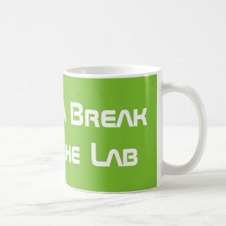 Caneca De Café Tomando uma ruptura do laboratório