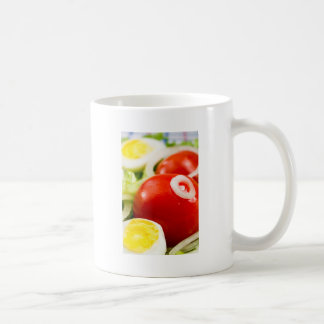 Caneca De Café Tomates e ovos cozidos de cereja em uma salada