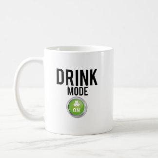 Caneca De Café Trevos do dia de St Patrick do modo da bebida
