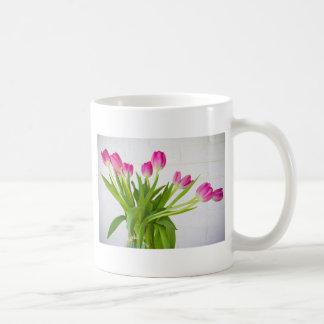 Caneca De Café Tulipas cor-de-rosa em um vaso