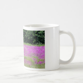 Caneca De Café Um campo de wildflowers cor-de-rosa do primavera