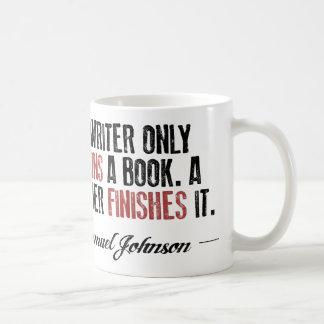 Caneca De Café Um escritor começa somente um livro. Um leitor