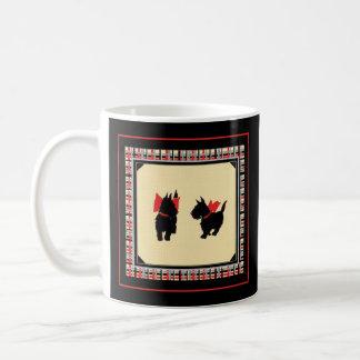 Caneca De Café Um vermelho escocês de dois terrier curva o fundo