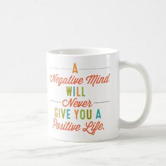 Caneca De Café Uma mente negativa nunca dará uma vida positiva