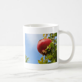 Caneca De Café Única fruta vermelha da romã na árvore nas folhas