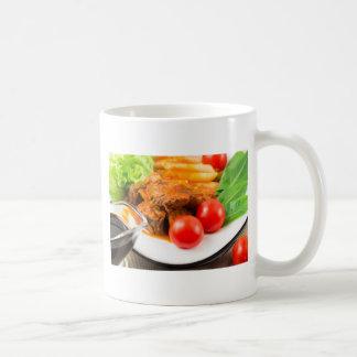 Caneca De Café Veja o fim-acima em uma refeição do guisado de