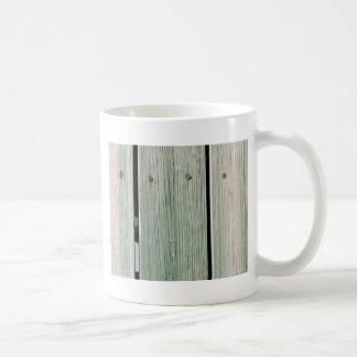 Caneca De Café Verde e passagem de madeira da prancha de Brown
