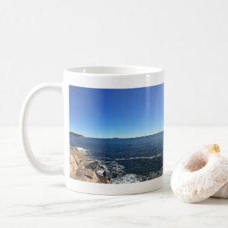 Caneca De Café Vista panorâmico da linha costeira rochosa