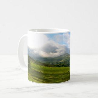 Caneca De Café Vista panorâmico do prado da montanha