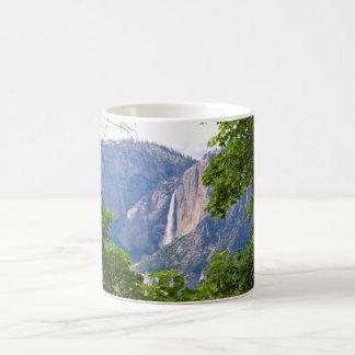 Caneca De Café Yosemite Falls superior quadro pelas folhas 11