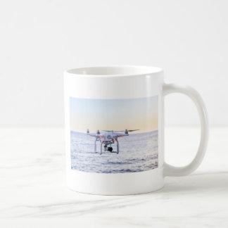 Caneca De Café Zangão do vôo na costa acima do mar