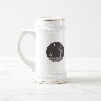 Caneca De Cerveja Astronauta que aponta linha da canela da lua das