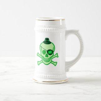Caneca De Cerveja Crânio do pirata do dia de St Patrick