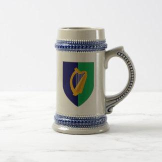 Caneca de cerveja de Ireland - harpa no protetor