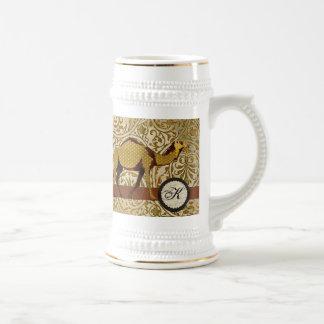 Caneca de cerveja dourada do monograma do camelo