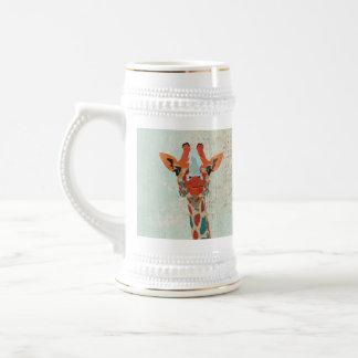 Caneca de cerveja espreitando ambarina do girafa