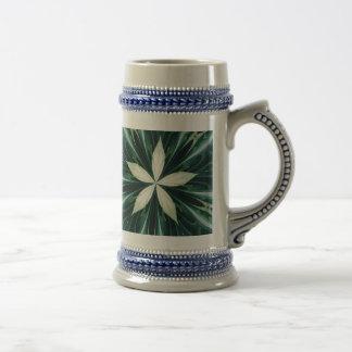 Caneca De Cerveja Folhas do branco em um caleidoscópio verde da