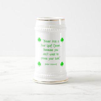 Caneca De Cerveja Nunca passe um trevo da quatro-folha….
