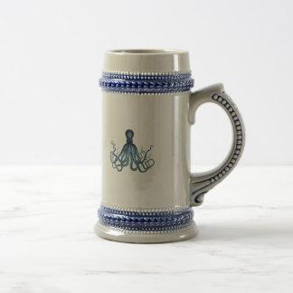 Caneca De Cerveja O polvo kraken o azul litoral náutico da praia do