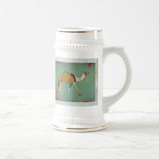 Caneca de cerveja sonhadora do monograma do camelo