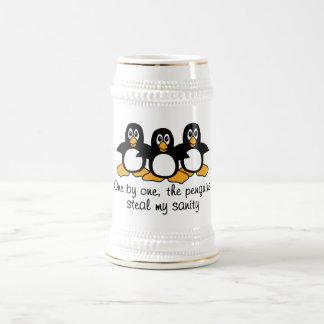 Caneca De Cerveja Um por um os pinguins roubam minha sanidade