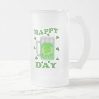 Caneca de cerveja verde irlandesa do dia de St