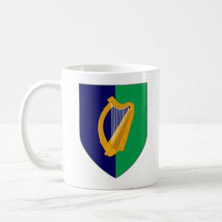 Caneca de Ireland - harpa no protetor azul & verde