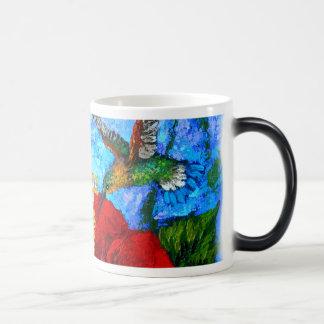 Caneca de viagem do café com pintura dos colibris