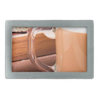 Caneca de vidro com chocolate quente e biscoitos