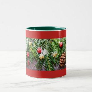 Caneca decorativa do Natal de Pinecone e de neve