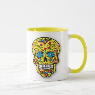 Caneca Dia mexicano amarelo brilhante do crânio do açúcar