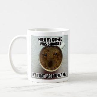 """Caneca do assistente social - """"mesmo meu café foi"""