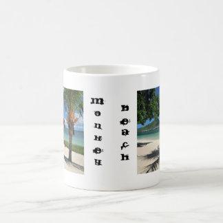 Caneca do café da praia do macaco