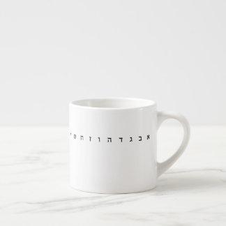 Caneca do café do alfabeto hebreu