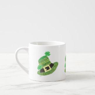 Caneca do café do chapéu do leprechaun de Chevron
