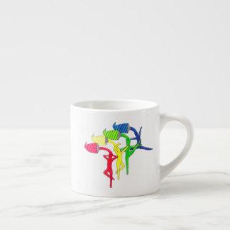 Caneca do café dos dançarinos do arco-íris
