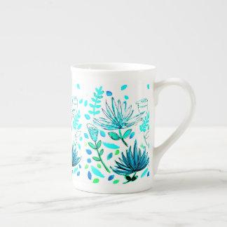 Caneca do café ou do chá com motif. floral