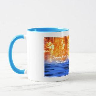Caneca do chá & de café (aperto da mão esquerda)