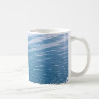 Caneca do clássico das ondas de oceano