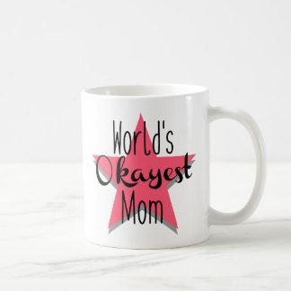 Caneca do esquerdista da mamã do Okayest do mundo