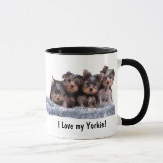 Caneca do filhote de cachorro do yorkshire terrier