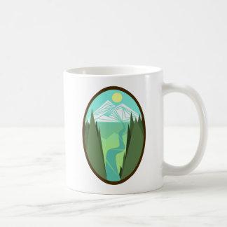 Caneca do nascer do sol do rio da montanha