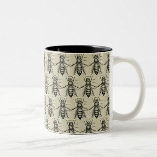 Caneca do teste padrão da ilustração da abelha do