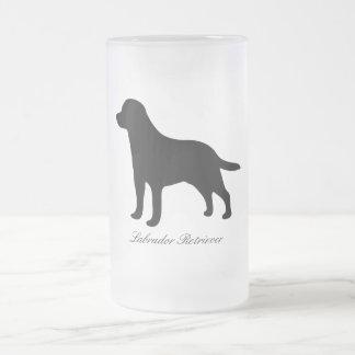 Caneca do vidro da silhueta do preto do cão de